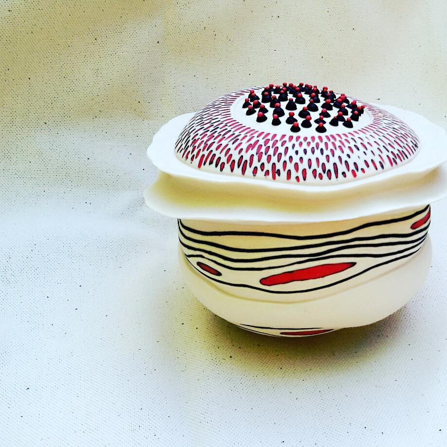 Thrown and altered porcelain with inlay decoration - Porcellana foggiata al tornio con decorazioni a intarsio